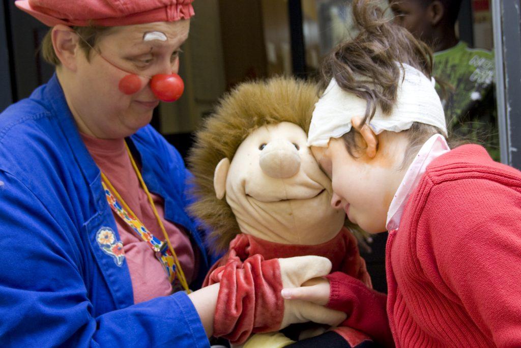 Clowns sind in Seniorenwohnanlagen oder Kinderkliniken gleichauf beliebt und nehmen Ängste