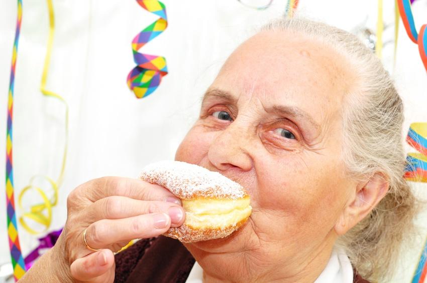 Krapfen an Fasching rufen Erinnerungen bei Menschen mit Demenz hervor