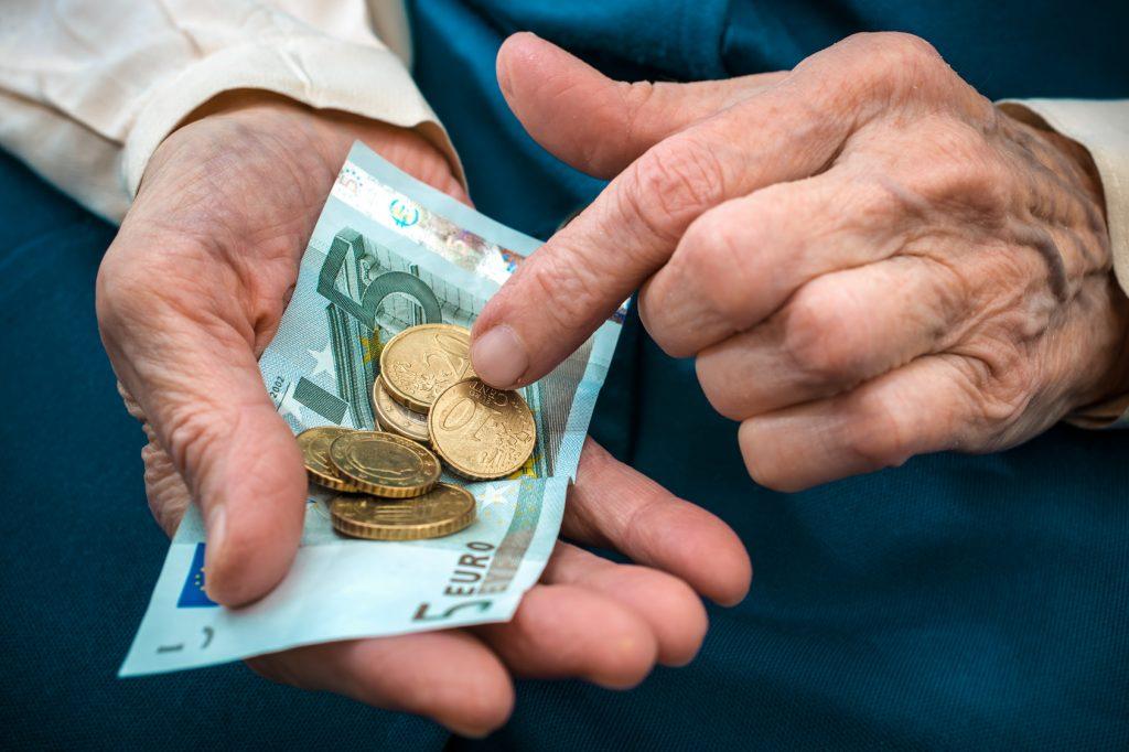 Eine ehemalige Pflegekraft zählt ihre knapp ausfallende Rente.