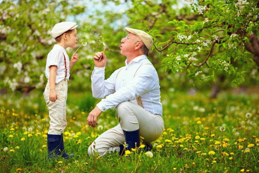 Basteln, Geschichten erzählen oder Spielen spielen - beide Generationen finden Gefallen an gemeinsamen den Aktivitäten