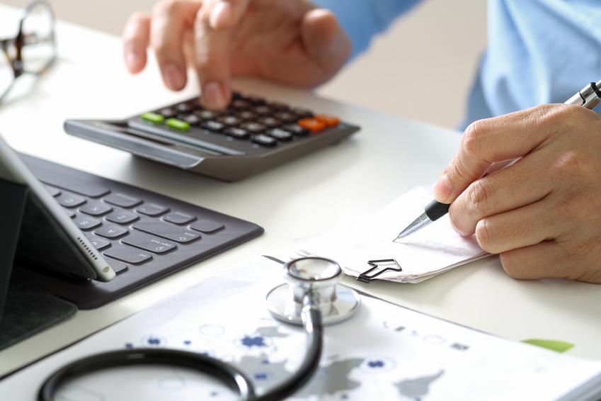 Aufgrund fehlender Fachkräfte schreiben Krankenhäuser rote Zahlen.
