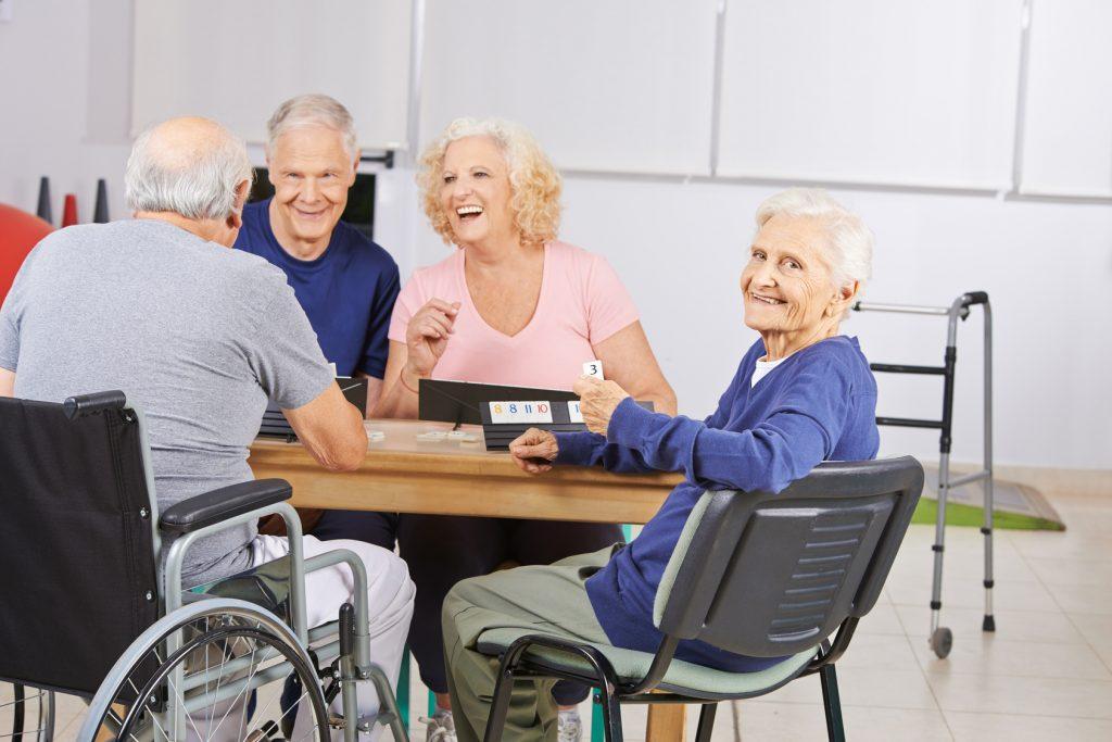 Gemeinsame Aktivitäten, Einzelzimmer oder motivierte Pflegekräfte sind ein paar Gründe, weshalb Senioren-WGs attraktiv sind