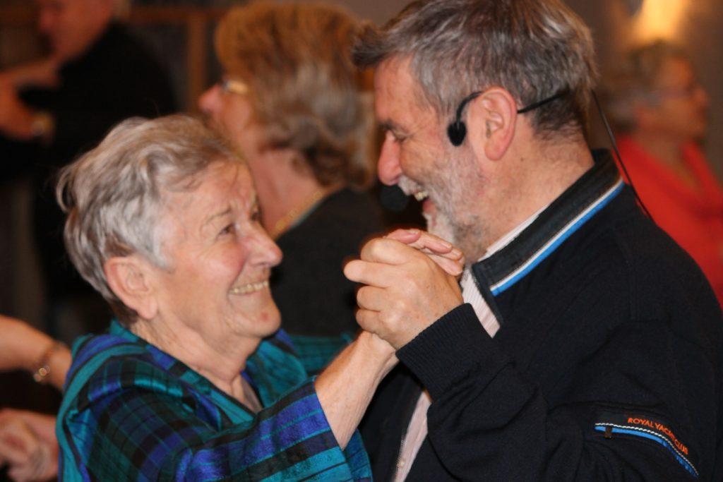 Beim Tanzen blühen auch Demenzkranke auf (Foto: Maria-Martha-Stift)