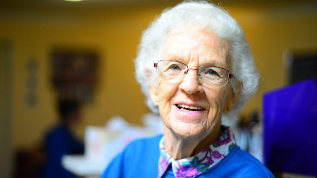 Alte Frau lächelt