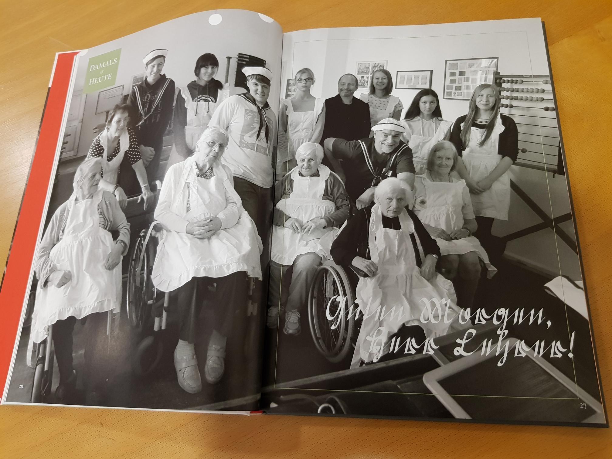 Buch aufgeschlagen Bild in schwarz-weiß zeigt jugne Leute und Rentner.